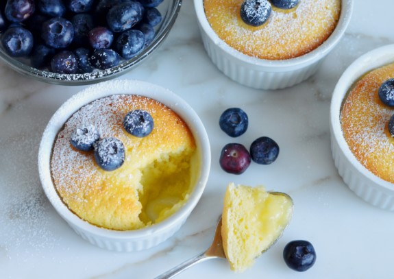 Lemon soufflé pudding with blueberry sauce - Equilibrio